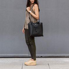 Com design minimalista, a Lova é uma bolsa versátil. Tem alças longas de mão e alças de ombro que permitem ser carregada da forma que for mais conveniente. É uma bolsa feita com couro de alta classificação, sinônimo de qualidade. Seu fechamento é com zíper premium de metal.  Descrição técnica e avaliações abaixo.