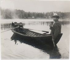 Sammakkolampi, taustalla Rajalan lepokoti, kuvassa oik. Mallitalon isäntä August Nuutinen s. 1879 ja pojat vas. Hannu s. 1914 ja Eero s. 191...