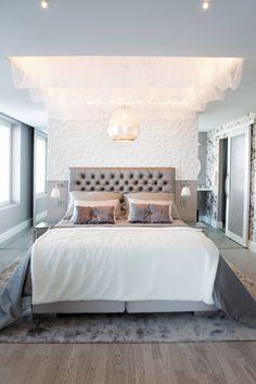Makuuhuoneessa on sängyn päällä kattoverho Sisustus Nallesta. Keskeltä roikkuu Sisustusliike S.A.L.I.:n hopeoitu kattovalaisin. #asuntomessut #yitasuntomessut #asuntomessut2014 #yitdramaqueen #yitdramaqueenmakuuhuone