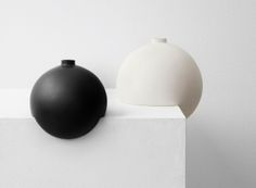 Norwegian designer Falke Svatun has crafted a range of stoneware vessels with cut-out bases, enabling them to balance on the edge of shelves or windowsills (+ movie). Ceramic Tableware, Ceramic Pottery, Ceramic Art, Shelf Design, Design Art, Glass Design, Interior Design, Design Elements, Minimal Design