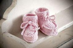 Strickanleitung für zuckersüße Babyschühchen - klassisches und nie unnützes Geschenk für jede Babyparty