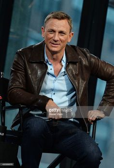 "Actor Daniel Craig visits AOL BUILD to discuss his latest movie in the Bond series ""Spectre"" at AOL Studios In New York on November 2015 in New York City. Get premium, high resolution news photos at Getty Images Rachel Weisz, Daniel Craig Style, Daniel Craig James Bond, Stylish Men, Men Casual, Daniel Graig, James Bond Style, Outfits Hombre, Latest Movies"