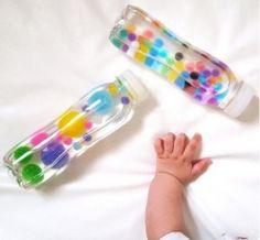 Schafft Dein Baby bereits, die Flasche gut festzuhalten und zu drehen? Toll! Diese Flaschen sprechen mehrere Sinne Deines Kindes zugleich an. Beim Wenden und Schütteln gibt es immer was Neues zu sehen. Manche Flaschen klappern und rasseln auch spannend - man kann sogar mit ihnen Musik machen! Andere Flaschen fesseln Dein Baby, weil sie so schön glitzern und immer neue kleine bunte Dinge an die Oberfläche bringen. Sensory Bottles lassen sich ganz einfach selber basteln. Probier's einfach a...