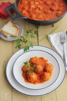 Albóndigas de atún con salsa de tomate   Cocinando entre Olivos   Bloglovin' Veggie Recipes, Veggie Food, Seafood, Curry, Veggies, Lunch, Vegan, Ethnic Recipes, Tomato Sauce