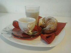 Colazione di S.Valentino: cornetto fatto in casa, latte e caffè