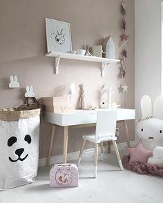 Consulta esta foto de Instagram de @mykindoflike • 910 Me gusta // adorable study desk space in kids room - white and pale pink