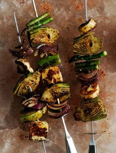 For a meatless summer meal, try this recipe for vegetable and cheese skewers, made with artichokes, asparagus, onions and firm halloumi cheese. Bbq Skewers, Kabobs, Vegetable Dishes, Vegetable Recipes, Vegetable Skewers, Grilled Artichoke, Skewer Recipes, Halloumi, Grilling Recipes