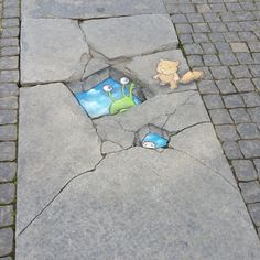 """The rare double skyhole"". One of David Zinn's most frequent characters, Sluggo, showed up on the town square of central Borås. The next day the chalk painting was washed away by the rain. Photo: Björn Linder"