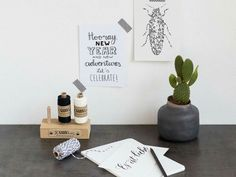 Luloveshandmade's typo print next to art by renna deluxe and lieschen heiratet. Photo by Garn & mehr. Typo, Place Cards, Place Card Holders, Lettering, Design, Products, Threading, Drawing Letters, Letters