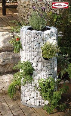 Kräuterturm Gabione House with Pallet – Sustainable Products – # herb garden … . Small Gardens, Outdoor Gardens, Gabion Cages, Jardin Decor, Tower Garden, Garden Show, Garden Planters, Outside Planters, Succulent Planters