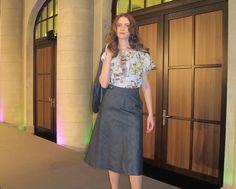 Niki in einer Queen Bluse und einem Kostüm von Studio Ecocentric - erhältlich im FAIR QUEEN Online Shop