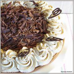 Het recept voor een overheerlijke mokkavlaai zoals die van de bakker! Een overheerlijke vlaai met koffieroom, cakeplak en mokkaslagroom met chocolade