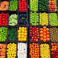 Fruit And Veg Shop, Fruit And Vegetable Storage, Vegetable Shop, Vegetable Stand, Fall Vegetables, Fruits And Veggies, Veggie Display, Banana Benefits, Supermarket Design