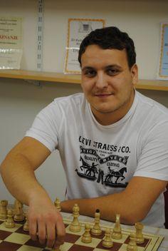 Na Otočcu je bilo včeraj državno prvenstvo v hitropoteznem šahu. Moštveno je naslov državnega prvaka osvojilo Šahovsko društvo Vrhnika, šahisti Radenske Pomgrada iz Murske Sobote pa so zasedli tretje mesto. V posamični konkurenci je postal državni prvak Jure Zorko iz Vrhnike, drugi je bil Matej Titan, tretji Denis Gjuran, četrti Boris Markoja in peti Jernej Skuhala, vsi iz soboškega šahovskega društva.