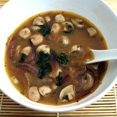 Sopa de cebolla y champiñones con soja y un toque de cilantro y jengibre.También algo de picante ;)Onion and mushrooms with soy, coriander and ginger.