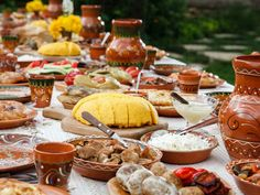 12 amazing Moldova restaurants that will introduce you to the authentic dishes of this European country. Enjoy dining in these restaurants with your loved ones! Romanian Food Traditional, Big Mac, Eastern European Recipes, Steak Plates, Visit Romania, Pak Choi, Restaurants, Eat This, Moldova