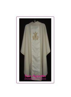 Casulla con motivo mariano, en este caso monograma, colocado sobre galón en la espalda.-