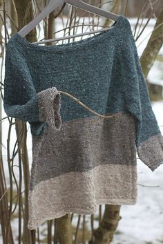 The post is in Finnish but links to the pattern (also in Finnish) which links to the free Ravelry pattern which appears to be in Finnish and English. Knitting Patterns Free, Knit Patterns, Free Pattern, Knitting Yarn, Hand Knitting, Poncho Pullover, Crochet Clothes, Pulls, Knitting Projects