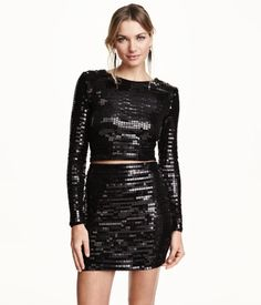 Short top in sequin-embroidered jersey with long sleeves. Lined.