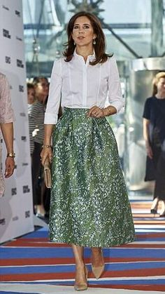 Crown princess Mary took part in day two of Copenhagen Fashion Summit. Here she is with her friend and CEO Eva Kruse arriving at the summit. Crown princess Mary wore a skirt from H&M's sustainability collection Royal Fashion, Fashion Looks, Fashion Quiz, 2000s Fashion, Fashion Online, Mens Fashion, Fashion Tips, Skirt Outfits, Dress Skirt