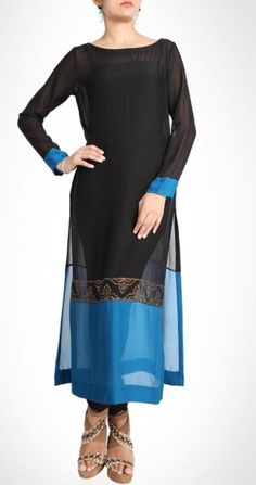 Tunic is bold and subtle with its broad blue border and traditional motifs. Pakistani Outfits, Indian Outfits, Glenda, Casual Dresses, Fashion Dresses, Salwar Designs, Indian Attire, Bollywood Fashion, Indian Dresses