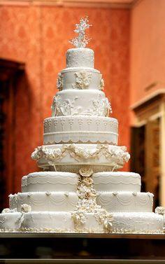 El increíble pastel de bodas del Príncipe Williams y Kate Middleton. El año pasado, luego de casi dos años de la boda del siglo una porción de este pastel fue vendida en £2,597!