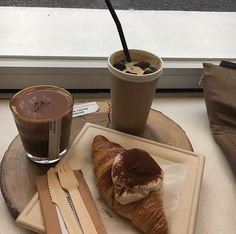 Find images and videos about food, chocolate and delicious on We Heart It - the app to get lost in what you love. Aesthetic Coffee, Aesthetic Food, Beige Aesthetic, Aesthetic Light, Aesthetic Grunge, Enjoy Your Meal, Food Porn, Good Food, Yummy Food