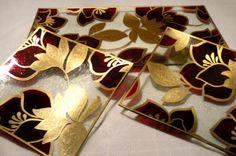 Conjunto de platos pintados a mano.