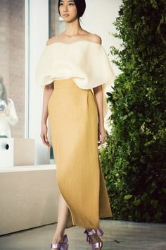 jupe longue jaune avec top beige, robe de soirée pour mariage pas cher Waist Skirt, High Waisted Skirt, Hijab Fashion, Women's Fashion, Strapless Dress, Summer Outfits, Shoulder Dress, Beige, Skirts