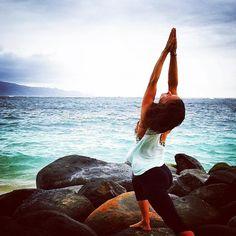 She stood in the storm and when the wind did not blow her way she adjusted her sails.   #ElizabethEdwards   Day 21 of the #OctoberYogaSpice #YogaChallenge | #VirabhadrasanaA #WarriorOne |  @mixmastermojofry   Charity: @yogisheart Hosts: @kinoyoga @beachyogagirl Sponsor: @aloyoga   #mymojoyoga #mojo #mojomind #mojomoment #mojolife #yoga #onlineyoga #yogaeveryday #yogainspiration #yogamotivation #yogalifestyle #lovethislife #yogafyyourlife #thegoodlife #yogaallday #practiceyogachangeyourworld…