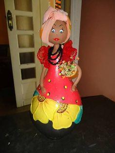 Boneca feita de cabaça.  Pintada, decorada com biscuit, renda, turbante em seda e colar de miçangas  Linda peça para enfeitar sua casa.
