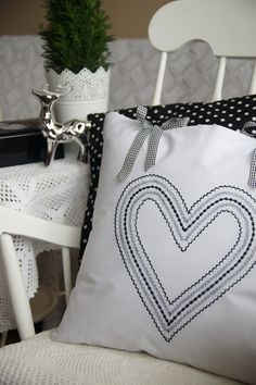 Muhldorfer Pillows How To Buy Scatter Cushions, Pin Cushions, Throw Pillows, Sowing Projects, Cushion Inspiration, Heart Cushion, Estilo Shabby Chic, Cute Quilts, Pillows Online