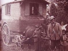 photographie ancienne de tziganes devant leur roulotte