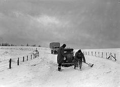 Teitl Cymraeg/Welsh title: Eira ar y mynyddoedd Ffotograffydd/Photographer: Geoff Charles (1909-2002) Nodyn/Note: A car being dug out of a drift and a gang clearing a snowdrift on the Newtown to Dolfor road.  Dyddiad/Date: 14/2/1953 Cyfrwng/Medium:  Negydd ffilm / Film negative Cyfeiriad/Reference: (gch03943) Rhif cofnod / Record no.:  3368898  Rhagor o wybodaeth am gasgliad Geoff Charles yn Llyfrgell Genedlaethol Cymru  More information about the Geoff Charles Collection at the National…
