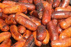 """Los 10 alimentos que peor le hacen a nuestra salud: 1- LOS EMBUTIDOS las longaniza, prietas, salame y mortadela son alimentos con un alto contenido de grasas, sobre todo saturadas.  """"El aporte de grasas saturadas es de 10-13 gr por 100 gr. de estos alimento y uno considera saludable un alimento que contenga menos de 1.5 gr. El gran aporte de grasas saturadas de estos alimentos, aumenta considerablemente el riesgo de presentar sobrepeso, obesidad y enfermedades cardiovasculares como infartos…"""