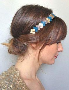 Avec un headband Enroulez vos longueurs dans un headband et détachezquelques mèches devant votre visage. Cettecoiffure fonctionne aussi pour les cheveux mi-longs.