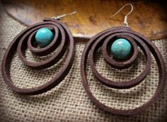 Leather earrings with turquoise pearls elegant - Jewelry Design Workshop Clay Jewelry, Boho Jewelry, Jewelry Crafts, Beaded Jewelry, Jewelery, Handmade Jewelry, Jewelry Design, Fashion Jewelry, Diy Leather Earrings
