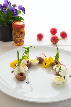 Insalata con uova di quaglia, alici e fiori eduli