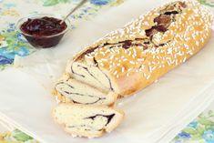 Crostata arrotolata o rotolo crostata, dolce ripieno di marmellata e ricoperto di granella. Questo rotolo farcito alla ciliegia è un dolce goloso