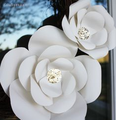 Step by step tutorial to create your own large paper flowers for a wreath, wall decor or special event. Paper Flower Wreaths, Large Paper Flowers, Paper Floral Arrangements, Tissue Paper Roses, Paper Flower Backdrop Wedding, Coffee Filter Crafts, Paper Flower Tutorial, Flower Center, Flower Plates