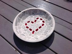 Prachtige schaal met als thema LOVE. Het hart is gemaakt uit rode glaskiezels. Glaskiezels hebben een prachtige glinsterende lichtinval. Waardoor het meteen in het oog springt.  De schaal is afgewerkt met mozaïek van marmer.  MAAKWIJZE Deze schaal straalt liefde uit. En is ook met veel liefde gemaakt. Het is een mooi cadeau voor een bruiloft of voor iemand waar je veel van houdt of om geeft.