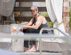 New Pic!! Henry Cavill foi fotografado na praia, em seguida, em um hotel em South Beach. Acompanhado de alguns amigos à beira da piscina e no bar, Henry passou cerca de uma semana em Miami!! #Superman #AlwaysHenryCavillBrasil (Por favor quem souber quem tirou essas fotos nos avise para que possamos dar os créditos).