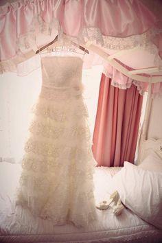 Boda Pris & Beto fotografía por Pilar Campos vestido de novia colgando de un Hanging Love en la Ciudad de México