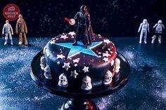 Star Wars, begeistert seit Jahren Jung und Alt und ist als Mottoparty für einen Kindergeburtstag total angesagt. Wie ihr eine Geburtstagstorte im Star Wars Look oder eine Sahnerolle in spaciges Galaxy-Food verwandelt zeigen wir euch hier.