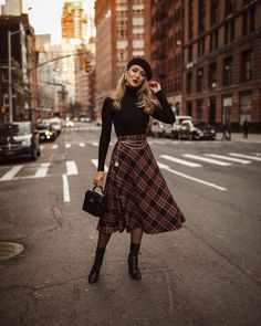 Outfits * 38 Awesome Winter Skirt Outfit Ideas That Keeps You Warm - Outfit Invernali Mode Outfits, Fall Outfits, Fashion Outfits, Womens Fashion, 30 Outfits, Hijab Fashion, Fashion Boots, Midi Skirt Outfit, Winter Skirt Outfit