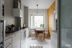 Aurinkoa ja väriä, tässä keittiössä se on tuota kauniilla keltaisella tapetilla. #sisustus #keittiö #tapetti #sisustusinspiraatio