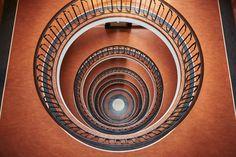 A BELEZA DAS ESCADAS DE BUDAPESTE #fotografia #escadas #stairs #escadaespiral #escadaantiga