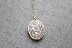 This gorgeous oval floral pattern locket necklace made with silver burnish plated over brass pendant and chain, clasp.  This graceful nacklace is