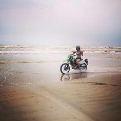 Enjoy the water by foot or by bike excellent either way.  #portaransastex #portaransas #portaransastx #beach #fishing #surfing #boat #summer #Texas #MustangIsland #PadreIsland #CorpusChristi #AransasPass #Rockport #gulfcoast #bobhallpier #horacecaldwellpier #packerychannel #saltlife #photooftheday #atx #satx #cctx #iloveportA --- --- --- Follow us for more of this beach-ness. Show us what youre enjoying in #PortA by tagging us @portaransastex or #portaransastex in your best photo/caption…