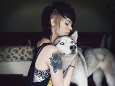 Punk Girl with Huskie - I love her hair Shaved Side Hairstyles, Hairstyles With Bangs, Pretty Hairstyles, Billie Joe Armstrong, Shaved Sides, Half Shaved, Alternative Hair, Scene Girls, Grunge Hair